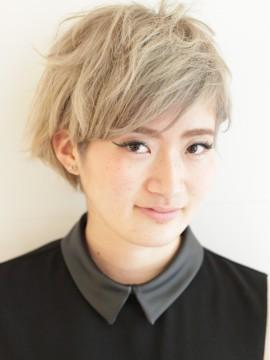 ホワイトアッシュな美髪ショートヘア